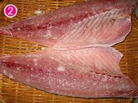 手作りしめ鯖 塩をふる